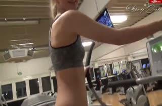 Красивая спортсменка тренирует свою узкую попку #1