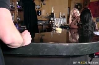 Пьяные сучки в баре соблазнили мужика на оргию #2