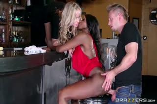 Пьяные сучки в баре соблазнили мужика на оргию