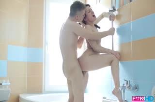 Паренек прямо в ванной раскрутил девочку на анальный секс #4