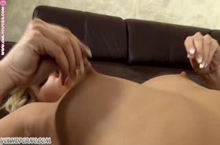 Блондинка азиатка крутит жопой и мастурбирует #4