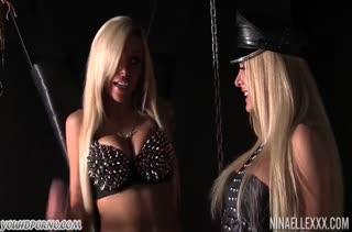 Лесбиянки с большими сиськами играют в доминирование #1