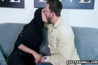 Арабская бабенка страстно шпилится в задницу