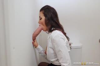 Грудастую Susy Gala трахнули прямо в туалете #2