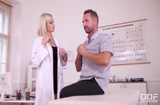 Красивая докторша Ria Sunn совратила пациента на секс #1
