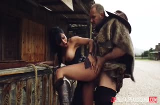 Порно с сексуальной Canela Skin на диком западе