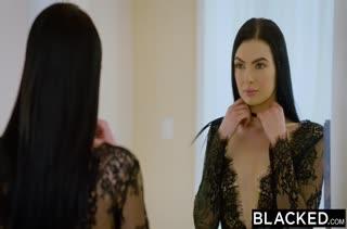 Брюнеточке в секс наряде доставляет удовольствие большой член #1