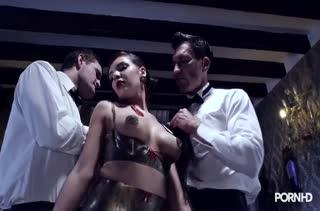 Сексуальная чика в фетиш наряде отдается во власть мужиков #1