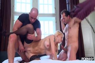Stacy Silver мнет свои сисяндры и бодро кувыркается с парнями #3