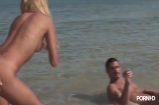 Красивую Barbie Banks оприходовали двое на пляже