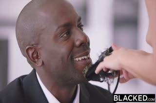 Брюнетка Megan Rain наслаждается черными членами