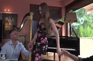 Пианистка Nicole Pearl отдается на групповой секс #1