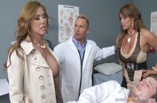 Грудастые докторши ублажают довольного пациента #1