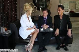 Две сочные блондинки умело снимают стресс мужика #1