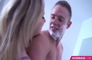 Грудастая блондинка красиво управляется с пенисом #1