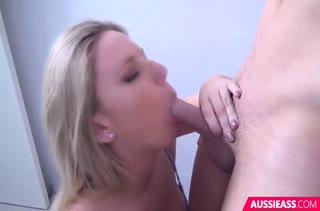 Грудастая блондинка красиво управляется с пенисом