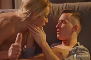 Милой блондинке доставляет удовольствие толстый пенис