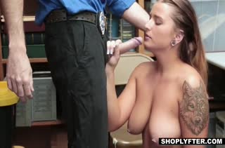 Скромная очкастая телочка проходит порно кастинг в подсобке #5