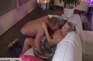 После нежных ласк блондиночка готова к любительскому сексу #1