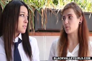Девки подглядывают пока белый поц прет их темнокожую подругу