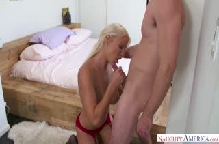 Спортивная блондиночка не отказалась от секса со знакомым