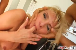 Мамочка блондинка трахается с тремя крепышами