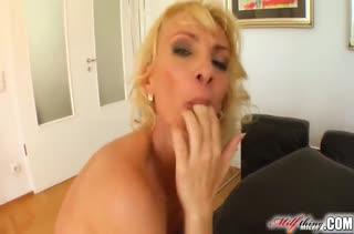 Мамочка блондинка трахается с тремя крепышами #4
