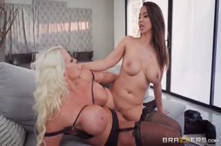 Две зрелые силиконовые лесбиянки смачно лижут вагинки #6