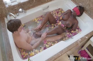 Сосед подсмотрел за негритянкой в ванной и засадил ей