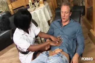 Пухленькая негритянка попробовала секс с белым #1