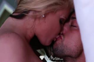 Блондинка Phoenix Marie красиво шпилится с мужем в постели #4