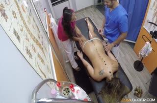 Врач и медсестра завели пациентку на групповушку
