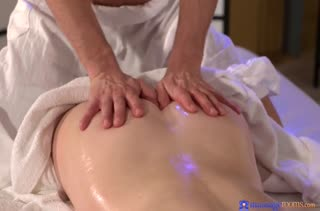 Рыженькую пациентку массажист довел до оргазма #2