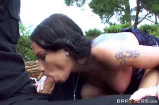 Чувак привел Raven Bay на пикник и раскрутил ее на порно