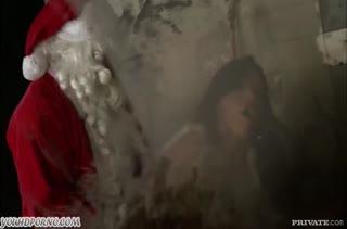 Дед Мороз прямо в туалете прет мамку с большими буферами
