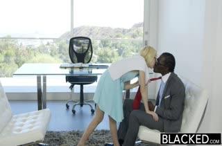 Белокурая минетчица классно сосет черного гиганта #2