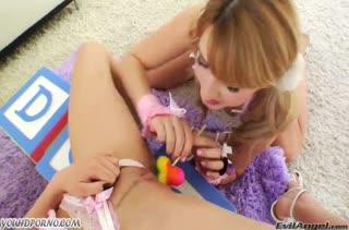 Молодые лесбиянки трахаются сладкой секс игрушкой #2