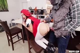 Порно версия Красной шапочки с участием Kharlie Stone