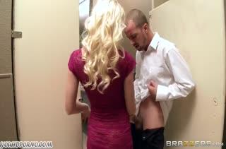 Сучка Madison Scott отрывается на большом члене в туалете #2