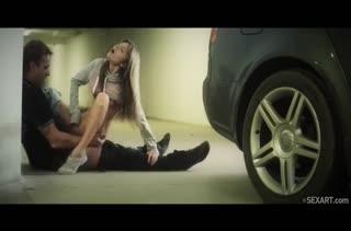 Молодая русская блондинка устроила порно на парковке #6