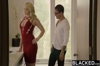 Чувак подцепил сексуальную мамочку блондинку у бассейна #1