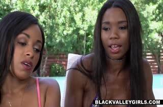 Две симпатичные негритянки ласкаются с белым мужиком #2