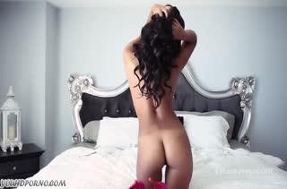 Негритянка с большой грудью хвастает фигурой #5