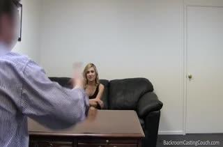Блондиночка охотно раздевается перед мужиком на собеседовании #1