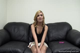 Блондиночка охотно раздевается перед мужиком на собеседовании #2