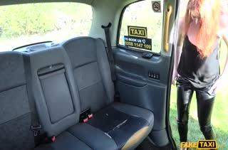 Девочка легкого поведения расплачивается писей с таксистом