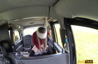 Пошлые бабенки возбуждают водителя на секс в машине #4