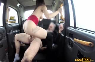 Пошлые бабенки возбуждают водителя на секс в машине #6