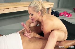 Тренер по борьбе Julia Ann уложила мужика на секс #6