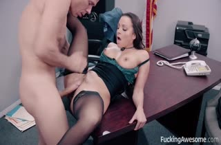 Сексуальная Abigail Mac в чулках кувыркается на работе